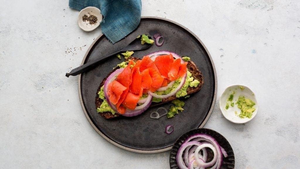 tostadas con aguacate y salmon saludable